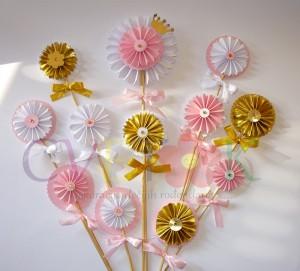 dekoracija za rodjendane u zlatno roze kombinaciji, dekorativni štapici za torte i slatki sto