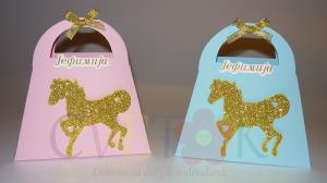kutijice za slatkise na temu karusel, poklon kutije za decije rodjendane, konj kao tema za dekoraciju decijih rodjendana, kutija tasna za slatkise