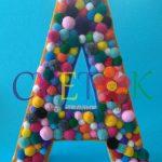 slova od stiropora, slovo od stiropora sa pomponima, pomponi kao dekoracija, ime od striopora za dekoraciju rodjendana, dekoracija slatkog stola ime